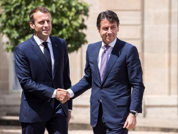 El presidente francés, Emmanuel Macron, recibe al jefe del Gobierno italiano, Giuseppe Conte