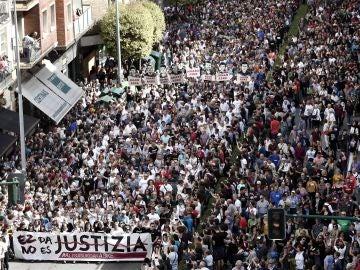 """Treinta mil personas protestan en Pamplona contra la sentencia de Alsasua Manifestación convocada bajo el lema """"Hau ez da justicia/Esto no es justicia"""", por los colectivos Altsasu Gurasoak y la Plataforma Altsasukoak Aske, en apoyo a los jóvenes de Alsasua condenados por agredir a dos guardias civiles y sus parejas"""