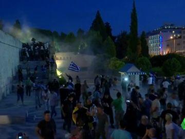 Miles de manifestantes protestan a las puertas del Parlamento Griego tras el acuerdo con Macedonia