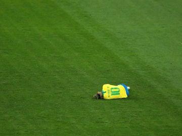 Neymar se duele en el partido contra Suiza