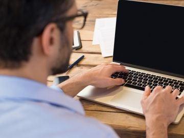 Chico escribe en el ordenador