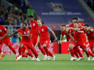 Los jugadores de Inglaterra, eufóricos tras ganar el partido