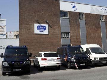 Vehículos policiales en los registros efectuados en la empresa Gespol, una filial de Sacyr.