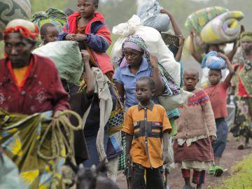 Algunos residentes de Kimbumba escapan de la violencia de su ciudad, en la República Democrática del Congo.