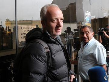 Alberto Aguilar, padre de la joven española Patricia Aguilar, en los exteriores de la sede de la división policial de Trata de Personas, en Lima