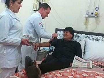El presidente de Bolivia, Evo Morales, en una revisión médica en una clínica en La Paz, Bolivia