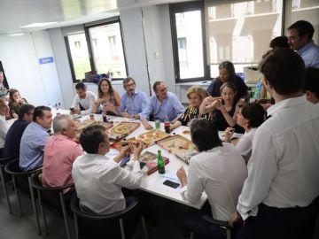 Sáenz de Santamaría comiendo pizza junto a su equipo en Génova