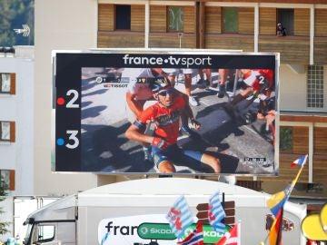 El momento de la caída de Nibali, visto desde una pantalla