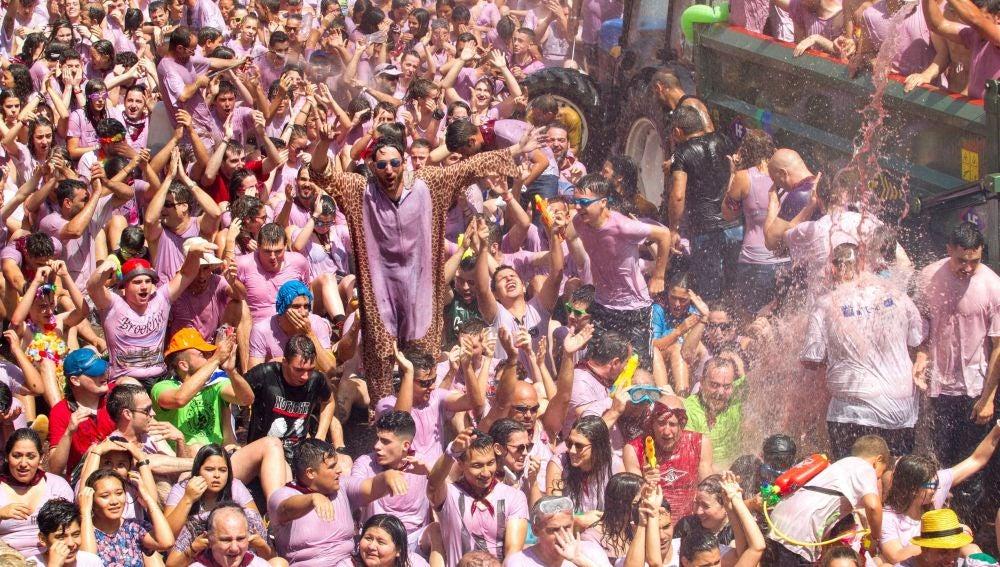 Alrededor de 35.000 litros de vino rosado se han utilizado como munición en la localidad riojana de San Asensio