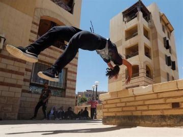 Joven egipcia practicando 'Parkour'