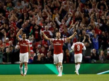 Mustafi celebrando un gol del Arsenal