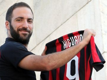 Higuain en su presentación con el Milan