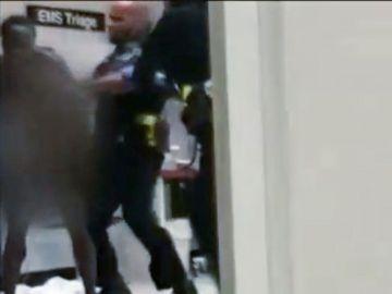 Fotograma del vídeo en el que el policía de Detroit golpea a la mujer