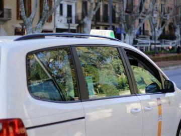 Un taxi circula por el Passeig del Born de Palma