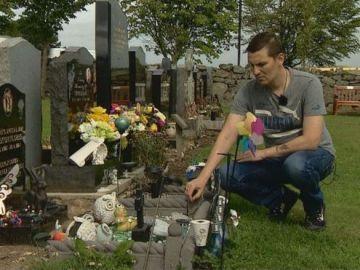 Keith Will dice que dormirá en la tumba de su hijo para que no retiren sus recuerdos