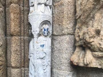 La pintada en la escultura de la fachada de Praterías de la Catedral de Santiago