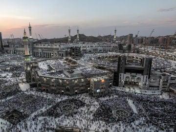 """Cerca de dos millones de musulmanes llegados de todo el mundo a Arabia Saudí se preparan hoy para iniciar el domingo el """"hach"""", la peregrinación anual a La Meca, un ritual centenario que se ha modernizado gracias a las nuevas tecnologías"""