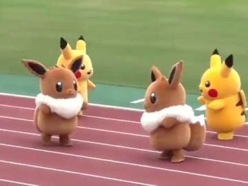 Pikachu y Eevee se miden en una carrera de relevos