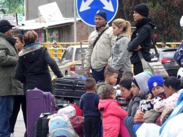 Venezolanos esperan en el puente internacional de Rumichaca