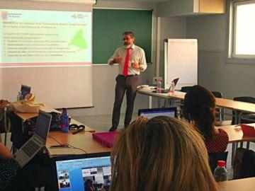 El alcalde de Brunete, dando clase a los alumnos de la URJC