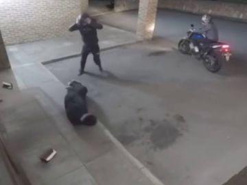 Las cámaras de seguridad captan el surrealista momento en el que un ladrón deja inconsciente a su cómplice al golpearle por error con un ladrillo