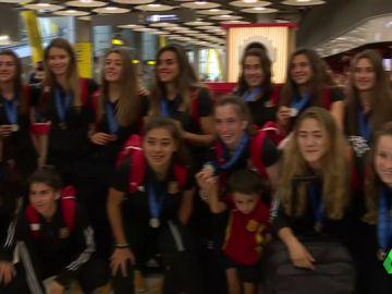 La selección femenina sub 20 ha sido recibida al grito de ¡campeonas!