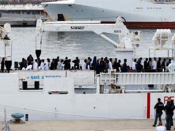 En la imagen el desembarco de los migrantes en el puerto de Catania