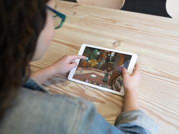 En la imagen una niña jugando con un videojuego