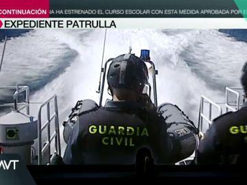 Expediente Marlasca se sube a la embarcación de la Guardia Civil para ver cómo trabajan en Galicia