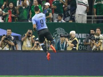 Luis Suárez celebrando un gol con Uruguay ante México