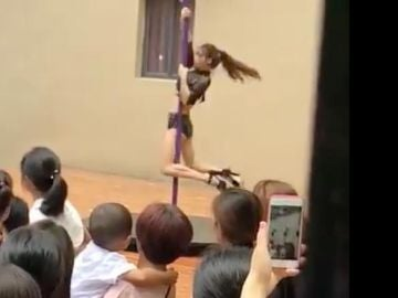 Bailarina de pole dance en una guardería en China