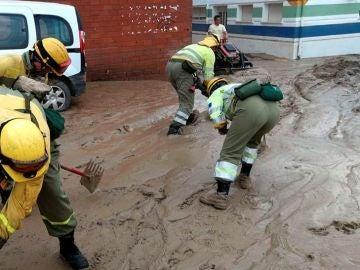 Efectivos de Infocam trabajando tras la lluvia torrencial caída en la localidad toledana de Cebolla