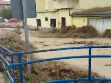 Las impactantes imágenes de una vecina de Cebolla agarrada a una ventana para no ser arrastrada por la riada