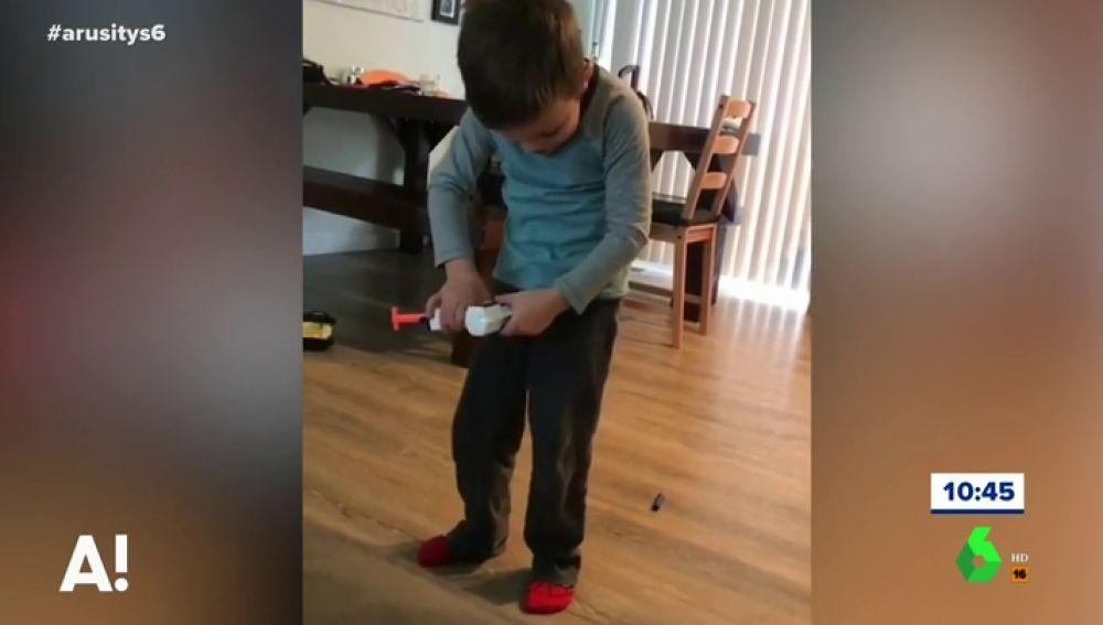 Las indignantes imágenes de una madre que graba a su hijo llorando de dolor tras dispararse con una grapadora en los genitales