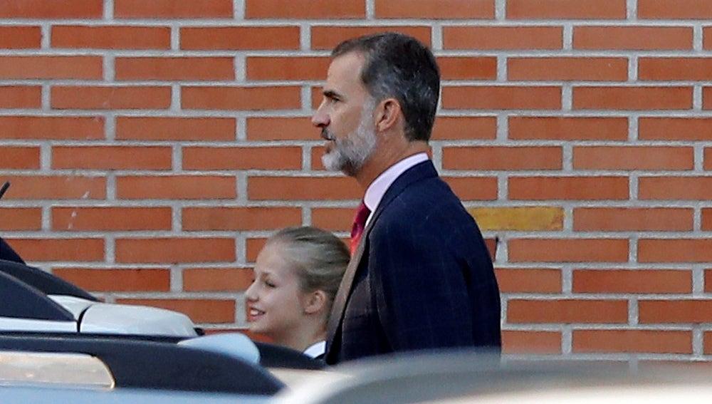 El rey Felipe VI y la princesa Leonor a su llegada al colegio