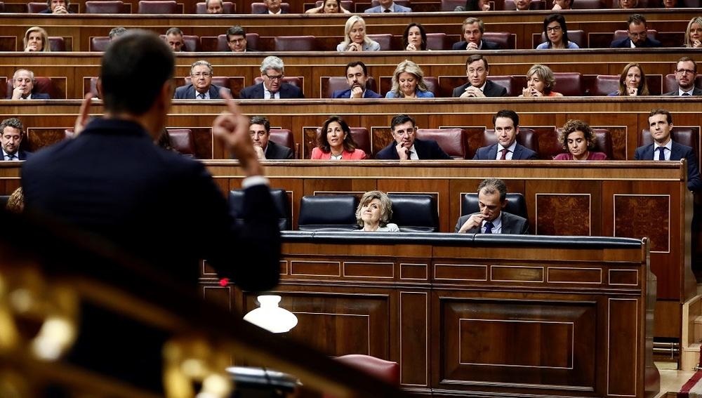 Pedro Sánchez frente a la bancada popular en el Congreso