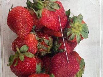 Fotografía que facilita la policía de Queensland en la que se puede apreciar una aguja en un paquete de fresas
