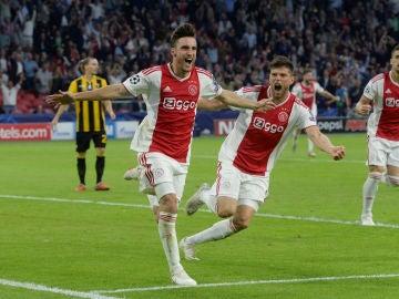 Nicolás Tagliafico celebra su gol ante el AEK