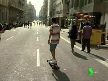 Personas caminando por las carreteras en el Día sin Coches