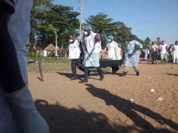 Voluntarios de la Cruz Roja tanzana participan en las tareas de rescate en el lago Victoria, en el noroeste de Tanzania