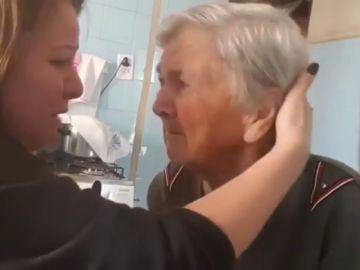 """El emocionante vídeo de una abuela con Alzheimer que durante unos segundos reconoce a su nieta y entre lágrimas le dice """"te quiero"""""""