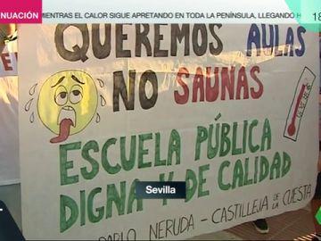 """""""Queremos aulas no saunas"""": protestas de padres y alumnos en los colegios de Sevilla"""