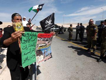 Manifestantes ondean banderas palestinas mientras protestan ante tropas de Israel