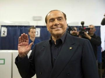 Silvio Berlusconi saluda