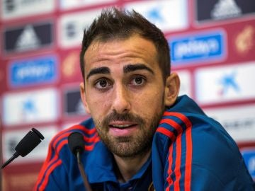 Paco Alcácer habla durante la rueda de prensa