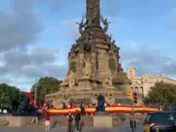 Aparecen enormes banderas de España en varios puntos de Cataluña