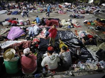 Migrantes hondureños descansan en su campamento en el jardín Hidalgo de Tapachula