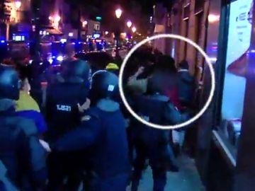 Un policía golpea en varias ocasiones a un manifestante