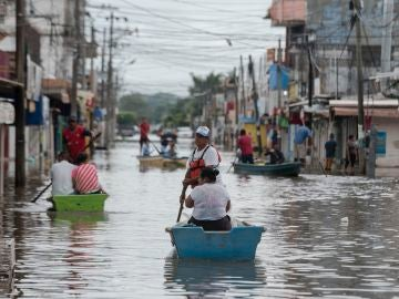 Habitantes de Minatitlán, en el estado de Veracruz, utilizan barcazas para cruzar las calles inundadas
