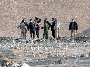 Personal forense iraquí inspecciona una zona en la que fue descubierta una fosa común al sur de Mosul